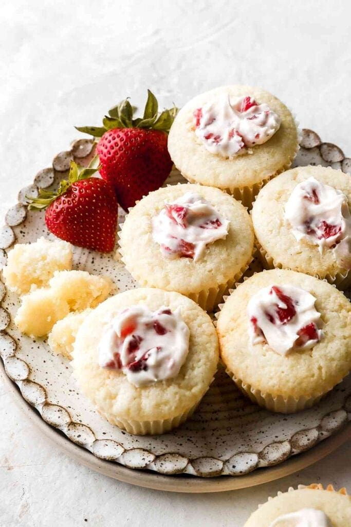 vanilla cupcakes with strawberries and cream filling