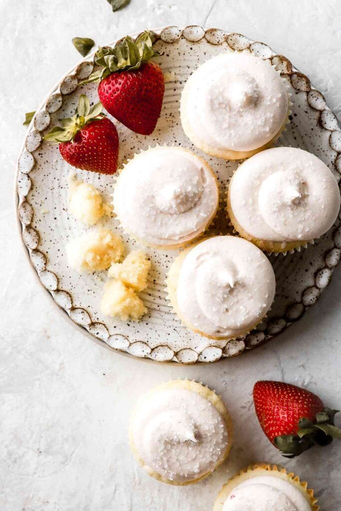 vanilla cupcakes with strawberries cream cheese frosting